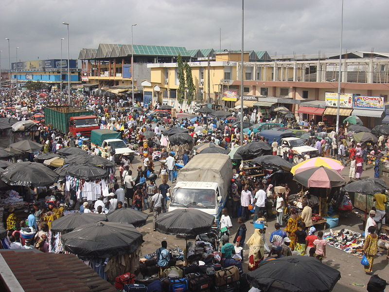 Congestion at a market in Abidjan (photo by Zenman, 2008)