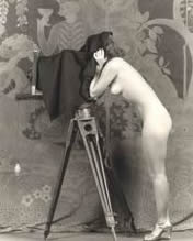 Vrouw met camera. Foto van Alfred Cheney Johnston, 1920 of vroeger. Camera Woman-by Alfred Cheney Johnston-1920