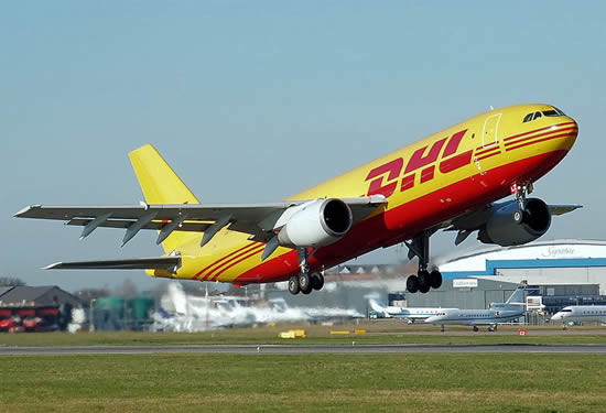 Vliegtuig van koeriersbedrijf en logistiek dienstverlener DHL. (Photo by Adrian Pingstone, pd). DHL Airbus A300B4-200 (OO-DLZ) of European Air Transport takes off from London Luton Airport, Bedfordshire, England, 2007 (Photo by Adrian Pingstone, pd)