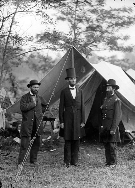 Allan Pinkerton (links), President Lincoln (midden) en general Mc Clernand (rechts). (3 oktobor 1862 in Maryland).