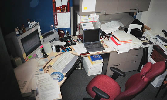 Een bureau op een kantoor. A typical busy North American cubicle-type office. Photograph AlainV (pd).